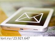 Купить «Символ электронной почты на экране сотового телефона», фото № 23921647, снято 13 января 2015 г. (c) Сергеев Валерий / Фотобанк Лори