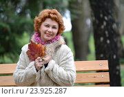 Купить «Портрет радостной женщины средних лет с  осенними кленовыми листьями в руках», фото № 23925287, снято 23 октября 2016 г. (c) Ирина Борсученко / Фотобанк Лори