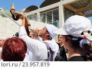 Израиль. Иерусалим. Музыкант трубит в рог на празднике бар-мицва (2014 год). Редакционное фото, фотограф Светлана Зотеева / Фотобанк Лори