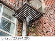Купить «Сосульки на металлической решётке балкона в Москве», эксклюзивное фото № 23974295, снято 4 апреля 2014 г. (c) Алёшина Оксана / Фотобанк Лори