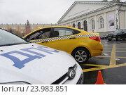 Купить «Машины ДПС и такси напротив ЦВЗ Манеж», фото № 23983851, снято 27 октября 2016 г. (c) Антон Белицкий / Фотобанк Лори