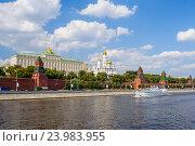 Купить «Вид на Московский кремль с Москва-реки», фото № 23983955, снято 12 июля 2011 г. (c) Дмитрий Тищенко / Фотобанк Лори