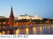 Вид на Большой Кремлевский дворец в сентябрьских сумерках. Московский Кремль (2016 год). Редакционное фото, фотограф Виктор Карасев / Фотобанк Лори