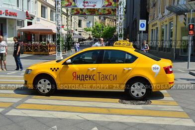 """Купить «Желтый автомобиль с надписью """"Яндекс-такси"""" на Неглинной улице в Москве», эксклюзивное фото № 23992443, снято 16 июля 2016 г. (c) lana1501 / Фотобанк Лори"""