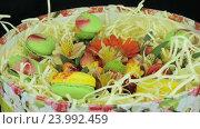 Букет цветов и макаруны. Стоковое видео, видеограф Video Kot / Фотобанк Лори