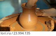 Купить «Гончар работает над глиняным горшком», видеоролик № 23994135, снято 27 октября 2016 г. (c) Vladimir Botkin / Фотобанк Лори