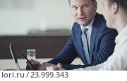 Купить «Meeting business people in office», видеоролик № 23999343, снято 7 декабря 2019 г. (c) Raev Denis / Фотобанк Лори