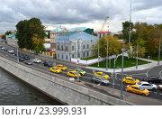 Купить «Двухэтажный особняк 1885 года в руинах. Софийская набережная, 6. Район Якиманка. Москва», эксклюзивное фото № 23999931, снято 28 сентября 2016 г. (c) lana1501 / Фотобанк Лори