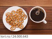 Чашка черного кофе и крендели на тарелке. Стоковое фото, фотограф Владимир Семенчук / Фотобанк Лори