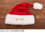 Шляпа Деда Мороза с цифрами 2017. Стоковое фото, фотограф Владимир Семенчук / Фотобанк Лори