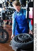 Купить «technician man working with wheel for motorcycle», фото № 24000939, снято 5 июля 2020 г. (c) Яков Филимонов / Фотобанк Лори