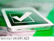 Чекбокс с галочкой на экране сотового телефона. Стоковое фото, фотограф Сергеев Валерий / Фотобанк Лори