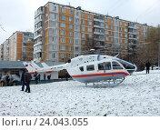 Купить «Вертолёт МЧС приземлился около жилых домов на Щелковском шоссе для эвакуации пострадавших в аварии», эксклюзивное фото № 24043055, снято 1 ноября 2016 г. (c) lana1501 / Фотобанк Лори