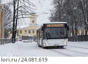 Автобус едет по улице зимой в снегопад (2016 год). Редакционное фото, фотограф Евгений Рудницкий / Фотобанк Лори