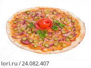 Пицца с салями, малосольным огурцом и перцем. Стоковое фото, фотограф Кривцов Алексей / Фотобанк Лори