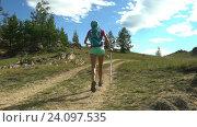 Активная девушка бежит на природе. Стоковое видео, видеограф Станислав Толстнев / Фотобанк Лори