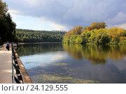 Купить «Вид на Москву-реку возле парка Фили», фото № 24129555, снято 3 сентября 2016 г. (c) АЛЕКСАНДР МИХЕИЧЕВ / Фотобанк Лори