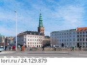 Купить «Люди идут вдоль набережной в центре Копенгагена. Дания», фото № 24129879, снято 13 апреля 2010 г. (c) Румянцева Наталия / Фотобанк Лори