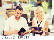 Купить «happy couple with wallet paying bill at restaurant», фото № 24130719, снято 15 июля 2015 г. (c) Syda Productions / Фотобанк Лори
