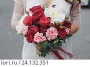 Купить «Свадебный букет с пионами и розами», фото № 24132351, снято 2 июля 2016 г. (c) Блинова Ольга / Фотобанк Лори