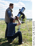 Купить «Астрологи или астрономы наблюдают в телескоп за небесными телами», фото № 24132815, снято 9 мая 2016 г. (c) Светлана  Дубровина / Фотобанк Лори