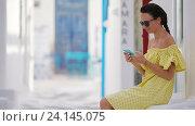 Купить «Красивая женщина с телефоном на открытом воздухе на старых улицах Миконоса», видеоролик № 24145075, снято 16 октября 2016 г. (c) Дмитрий Травников / Фотобанк Лори