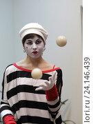 """Купить «Мим-клоун жонглирует шарами на празднике """"Ночь искусств"""" в Картинной галерее города Балашиха», эксклюзивное фото № 24146439, снято 4 ноября 2016 г. (c) Дмитрий Кальтенбруннер / Фотобанк Лори"""