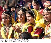 Купить «Девушки в красочной этнической одежде на ярмарке Пушкар. Пушкарь, Раджастхан, Индия.», фото № 24147475, снято 21 ноября 2012 г. (c) photoff / Фотобанк Лори