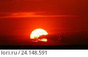 Купить «Драматический красный восход солнца,  timelapse», видеоролик № 24148591, снято 20 мая 2016 г. (c) Михаил Коханчиков / Фотобанк Лори