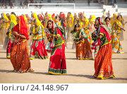 Купить «Девушки в красочной этнической одежде на ярмарке Пушкар. Пушкарь, Раджастхан, Индия.», фото № 24148967, снято 21 ноября 2012 г. (c) photoff / Фотобанк Лори