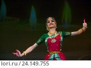 Купить «Индийская девушка танцует национальный танец во время празднования Фестваля огней (Дивали) в индийском культурном центре в городе Москве», фото № 24149755, снято 29 октября 2016 г. (c) Николай Винокуров / Фотобанк Лори