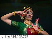 Купить «Индийская девушка танцует национальный танец в индийском культурном центре в городе Москве», фото № 24149759, снято 29 октября 2016 г. (c) Николай Винокуров / Фотобанк Лори