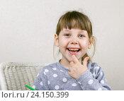 Купить «Девочка с зеленым карандашом смеется», фото № 24150399, снято 5 ноября 2016 г. (c) Юрий Шурчков / Фотобанк Лори