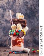 Молочный коктейль с печеньем и сладостями. Стоковое фото, фотограф Андрей Маслаков / Фотобанк Лори