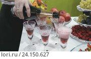 Купить «Официант наливает игристое вино в бокал», видеоролик № 24150627, снято 5 ноября 2016 г. (c) worker / Фотобанк Лори