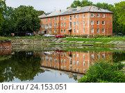 Жилой дом в Балтийске Калининградской области отражается в воде (2016 год). Стоковое фото, фотограф Ксения Семенова / Фотобанк Лори