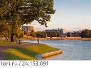Осенний вечер в парке на Верхнем озере в Калининграде (2016 год). Редакционное фото, фотограф Ксения Семенова / Фотобанк Лори