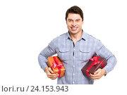 Счастливый мужчина держит коробки с подарками. Стоковое фото, фотограф Pavel Ivanov / Фотобанк Лори
