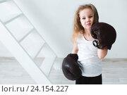 Маленькая девочка в старых боксерских перчатках. Стоковое фото, фотограф Pavel Ivanov / Фотобанк Лори