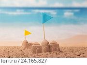 Песочные замки с флажками крупным планом на фоне моря. Стоковое фото, фотограф Сергей Молодиков / Фотобанк Лори