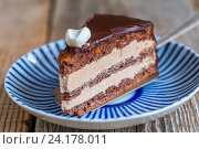 """Купить «Кусок шоколадного торта """"Прага""""», фото № 24178011, снято 12 августа 2016 г. (c) Марина Сапрунова / Фотобанк Лори"""