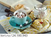 Горячий шоколад в чашке и книга на столе. Стоковое фото, фотограф Julia Ovchinnikova / Фотобанк Лори