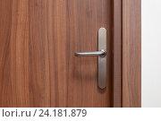 Деревянная дверь с металлической ручкой. Стоковое фото, фотограф Евгений Пидеркин / Фотобанк Лори