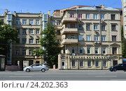 Купить «Пятиэтажный жилой дом 1820 года постройки. Смоленский бульвар, 17, строение 1. Район Хамовники. Москва», эксклюзивное фото № 24202363, снято 17 июля 2016 г. (c) lana1501 / Фотобанк Лори