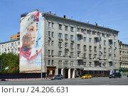 Купить «Шестиэтажный кирпичный жилой дом, построен в 1914 году. Смоленский бульвар, 15. Район Хамовники. Москва», эксклюзивное фото № 24206631, снято 17 июля 2016 г. (c) lana1501 / Фотобанк Лори