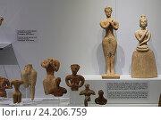 Глиняные фигурки Минойской эры в археологическом музее Ираклиона, Крит, Греция (2016 год). Редакционное фото, фотограф Алексей Сварцов / Фотобанк Лори