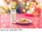 Купить «room with christmas tree and decorated table», фото № 24207751, снято 10 сентября 2014 г. (c) Syda Productions / Фотобанк Лори