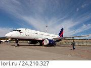 Самолёт Sukhoi SuperJet 100-95 на стоянке (2016 год). Редакционное фото, фотограф Елена Олешко / Фотобанк Лори