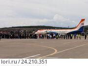 Люди перед самолётом Ил-114 на взлётной полосе аэродрома (2016 год). Редакционное фото, фотограф Елена Олешко / Фотобанк Лори