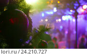 Christmas and New Year decoration and blured lights and people in the background. Changing color glowing background. Стоковое видео, видеограф Павел Котельников / Фотобанк Лори